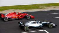 Valtteri Bottas a Sebastian Vettel při prvních předsezonních testech v Barceloně