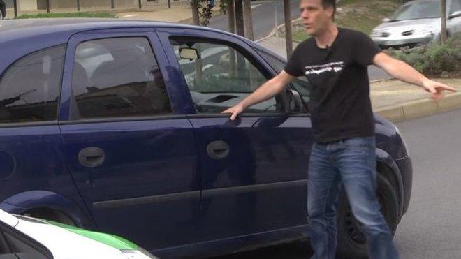 Známý komik zastavil dopravu, jen aby řidičům rozdával peníze