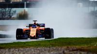 Fernando Alonso za nepříznivého počasí na dráze