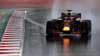Daniel Ricciardo s Red Bullem RB14 za deště třetí den testů v Barceloně