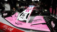 Přední křídlo vozu Force India VJM11 - Mercedes v předsezonních testech v Barceloně