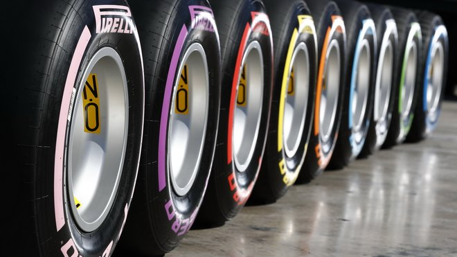 Pirelli nabízí v letošní sezóně celkem šest bezdrážkových pneumatik, přesto piloti většinou zamíří ke svým mechanikům pouze jednou za závod