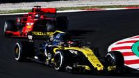 Carlos Sainz a Sebastian Vettel v druhých předsezonních testech v Barceloně