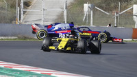 Renault a Toro Rosso během předsezónních testů v Barceloně