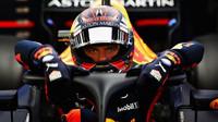 Max Verstappen nastupuje do vozu přes ochranu kokpitu v Barceloně