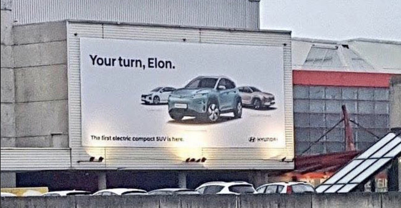 Billboard s novým elektrickým Hyundai Kona provokuje Elona Muska a jeho Teslu