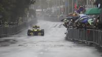 Nico Hülkenberg s přebarveným Lotusem E20 v Nice