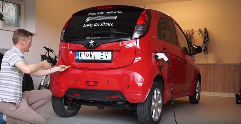 Miniaturní kufr Peugeotu iOn se proměnil v jednu z nejmenších pojízdných kuchyní světě