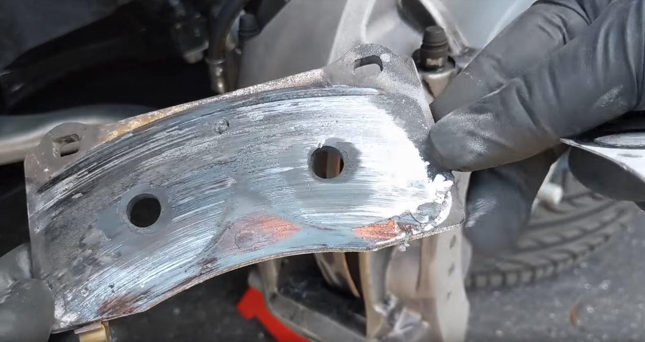 Tesla Model 3 si na okruhu nevedla vůbec špatně, ale nakonec ji zradily brzdy