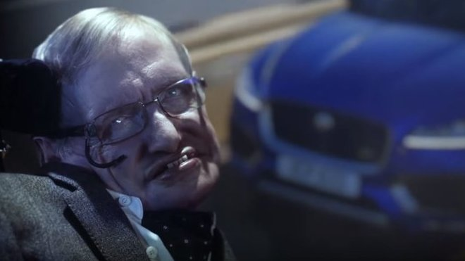 Profesor Stephen Hawking si zahrál padoucha v reklamě na Jaguár