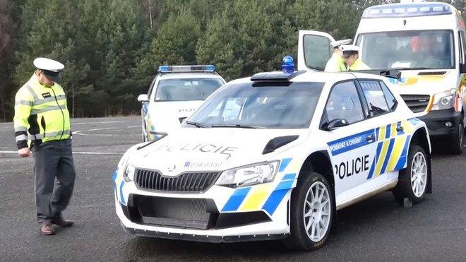 Rally speciál Škoda Fabia R5 v policejních barvách