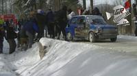 Polští diváci vytáhli závodní Fiat z příkopu holýma rukama
