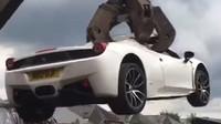 Policie zdemolovala zabavené Ferrari 458, majitele se ani neobtěžovala informovat