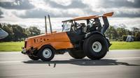 Nejrychlejší traktor světa byl pokořen. Stig vyvezl z garáže svůj Track-Tor a pak se děly věci - anotační foto