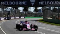 Esteban Ocon při pátečním tréninku v Melbourne v Austrálii