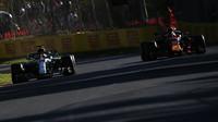 Lewis Hamilton a Daniel Ricciardo při pátečním tréninku v Melbourne v Austrálii