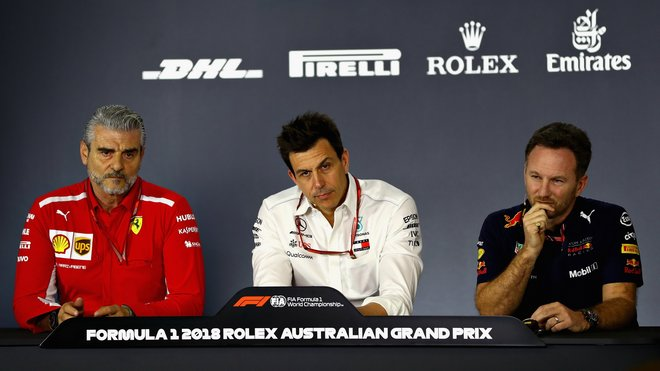 Toto Wolff (uprostřed) na tiskové konferenci s novináři