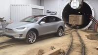 Tesla Model X předvedla, že dokáže odtáhnout pořádný náklad