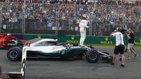 První kvalifikace patří Mercedesu, ovšem s rozdílnými pocity: Hamilton vítězí, Bottas zničil auto - anotační obrázek