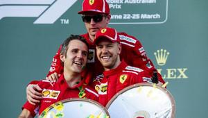 Sebastian Vettel a Kimi Räikkönen na stupních vítězů po závodě v Melbourne v Austrálii