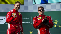 Sebastian Vettel jako vítěz, Kimi Räikkönen třetí v závodě v Melbourne v Austrálii