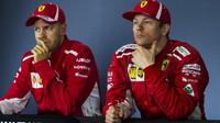 Sebastian Vettel a Kimi Räikkönen na tiskovce po závodě v Melbourne v Austrálii