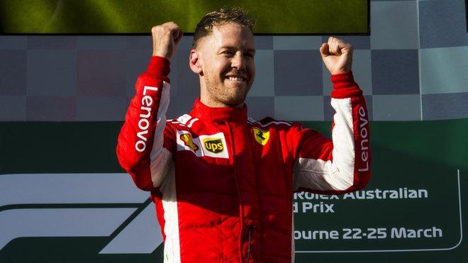 Sebastian Vettel se raduje z vítězství závodu v Melbourne v Austrálii