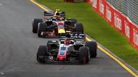 Romain Grosjean a Max Verstappen v závodě v Melbourne v Austrálii