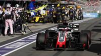 Romain Grosjean vyjíždí z boxové uličky v závodě v Melbourne v Austrálii