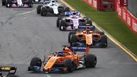Fernando Alonso a Stoffel Vandoorne v závodě v Melbourne v Austrálii