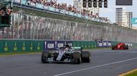 Lewis Hamilton v cíli závodu v Melbourne v Austrálii