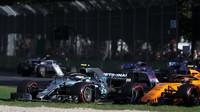 Valtteri Bottas předjíždí Carlose Sainze v závodě v Melbourne v Austrálii