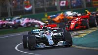 Start Velké ceny Austrálie - Lewis Hamilton před Sebastianem Vettelem