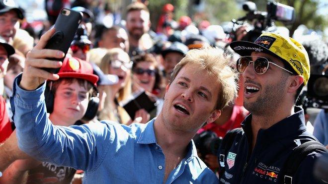 Nico Rosberg (už v civilu) se fotí s Danielem Ricciardem