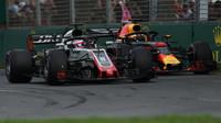 Romain Grosjean a Daniel Ricciardo v závodě v Melbourne v Austrálii