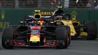 Max Verstappen a Carlos Sainz v závodě v Melbourne v Austrálii