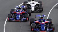 Brendon Hartley, Pierre Gasly a Sergej Sirotkin v závodě v Melbourne v Austrálii