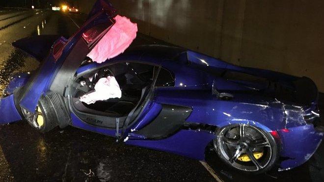 Modrý McLaren 650S utrpěl během nehody poměrně vážná poškození