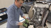 Známý YouTuber rozřezal luxusní sedadla Mercedesu-Benz třídy S