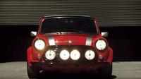 Klasické Mini s emblémem elektromobilů