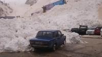 Lavina pod horou Elbrus zasypala velkou část parkoviště
