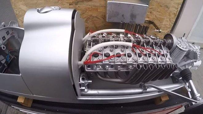 Replika závodního vozu z předválečných let dostala funkční motor V16
