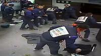Zaměstnanci jihokorejské továrny GM při útoku na kancelář předsedy představenstva