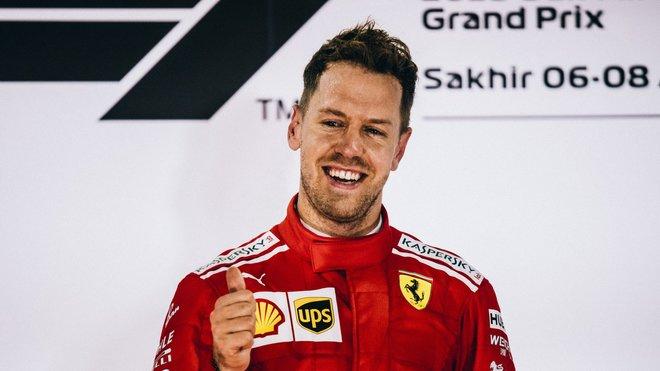 Sebastian Vettel se raduje z prvního místa po závodě v Bahrajnu