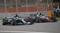 Lewis Hamilton a Kevin Magnussen v závodě v Bahrajnu