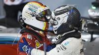 Valtteri Bottas gratuluje k vítězství Sebastianovi Vettelovi po závodě v Bahrajnu