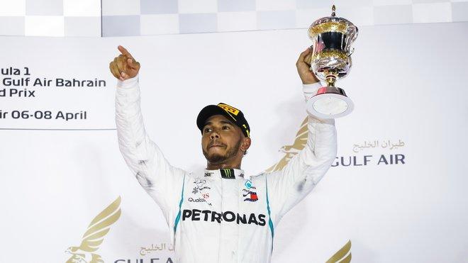 Lewis Hamilton na pódiu po závodě v Bahrajnu