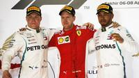 Nejlepší jezdci na pódiu po závodě v Bahrajnu