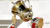 Sebastian Vettel a jeho trofej za první místo v závodě v Bahrajnu