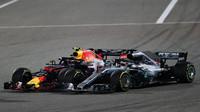 Max Verstappen a Lewis Hamilton v těsném předjíždění v závodě v Bahrajnu